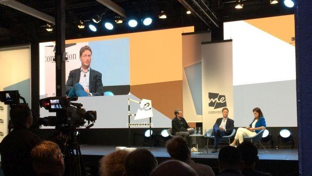 """O Ola Kallenius, o πρώτος Σουηδός CEO στην ιστορία της Daimler, μοιράστηκε τη σκηνή με τον πολιτικό Per Schlingmann και συζήτησαν για """"...τη συρρίκνωση της μακροβιότητας της γνώσης""""."""