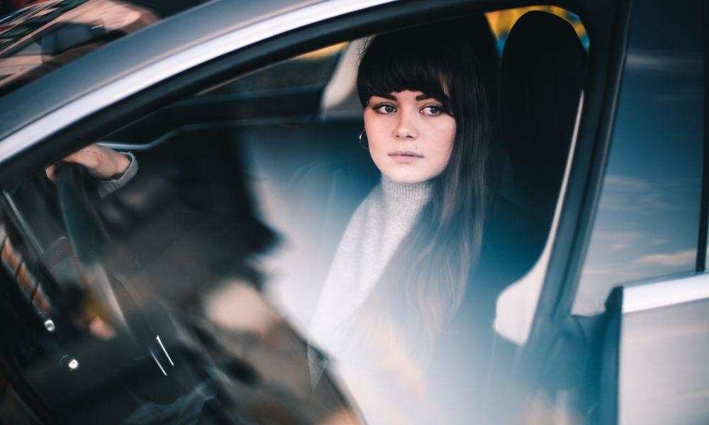 woman-driving-taneli-lahtinen-IqMBOr383jg-unsplash1000χ600